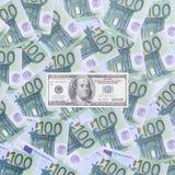 100 dollari di fattura è bugie su un insieme della denominazione monetaria verde Fotografia Stock
