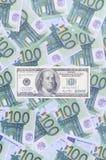 100 dollari di fattura è bugie su un insieme della denominazione monetaria verde Fotografie Stock Libere da Diritti