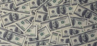 Dollari di fondo, un mucchio di cento fatture della banconota del dollaro di U.S.A., molto denaro contante americano Fotografia Stock
