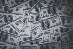 Dollari di fondo, un mucchio di cento fatture della banconota del dollaro di U.S.A., molto denaro contante americano, vista super Immagini Stock