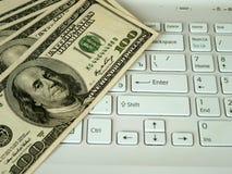 Dollari e computer Fotografia Stock Libera da Diritti