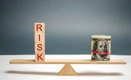 """Dollari e l'iscrizione """"rischio """"sulle scale Il concetto del rischio finanziario e di investimento in un progetto di affari Fabbr immagini stock libere da diritti"""