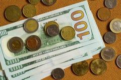 Dollari e monete su una tavola Immagini Stock Libere da Diritti