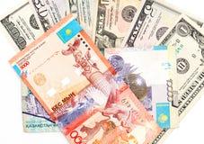 Dollari e tenge americani del Kazakistan fotografia stock