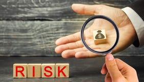Dollari ed il rischio dell'iscrizione nelle mani di un uomo d'affari Il concetto del rischio finanziario e di investimento in un  immagine stock