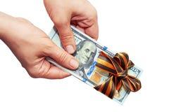Dollari in mani su un fondo bianco Fotografie Stock