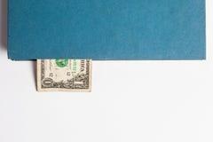 Dollari nei libri, isolati su fondo bianco, tra di affari Fotografia Stock