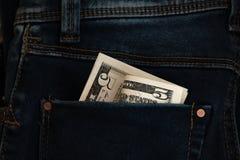 5 dollari nella tasca posteriore dei jeans Immagini Stock