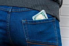 Dollari nella tasca posteriore di men& x27; jeans di s Fotografia Stock Libera da Diritti