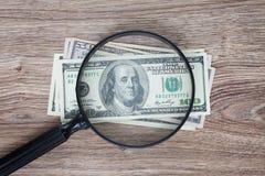 Dollari sotto il vetro di sguardo Fotografie Stock Libere da Diritti