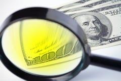 Dollari sotto una lente d'ingrandimento Fotografie Stock Libere da Diritti