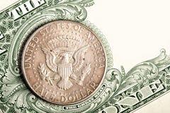 Dollarmünze und -banknote Stockfotos