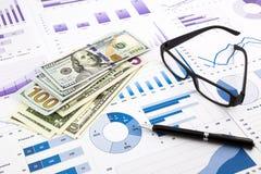Dollarmunt op grafieken, financiële planning en uitgavenrapport Stock Afbeeldingen