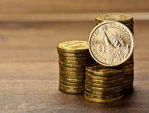 Dollarmuntstuk en gouden geld Royalty-vrije Stock Fotografie