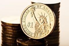 Dollarmuntstuk en gouden geld Stock Foto's