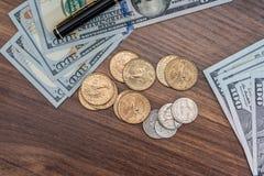 Dollarmuntstuk en rekeningen, pen Stock Afbeelding