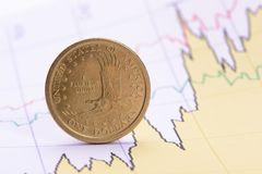 Dollarmuntstuk op financiële bedrijfsgrafiek Royalty-vrije Stock Foto