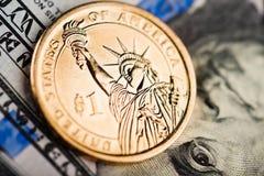 dollarmynt på amerikanska sedlar Royaltyfria Bilder