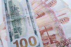Dollarna och rublen ?gander?tt f?r home tangent f?r aff?rsid? som guld- ner skyen till arkivfoto