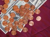 Dollarnota's en muntstuk, Verenigde Staten over rode fluweelachtergrond Royalty-vrije Stock Fotografie