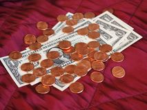 Dollarnota's en muntstuk, Verenigde Staten over rode fluweelachtergrond Royalty-vrije Stock Foto's