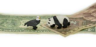 Dollaro americano contro i simboli di conflitto di yuan della Cina fotografia stock libera da diritti