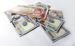 Dollaro americano e riyal di abitante dell'Oman su fondo bianco Immagine Stock