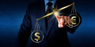 Dollaro che supera l'euro in peso su un equilibrio dorato Fotografie Stock Libere da Diritti