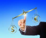 Dollaro che supera l'euro in peso su una scala dorata Immagini Stock Libere da Diritti