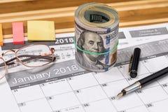 Dollaro con la lista per gli scopi e una penna da 2018 nuovi anni immagine stock
