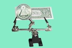 Dollaro controllato sotto una lente d'ingrandimento Fotografia Stock