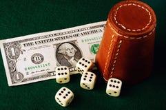 Dollaro della tazza di dadi Immagini Stock Libere da Diritti