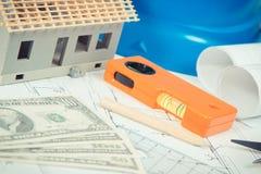 Dollaro, diagrammi elettrici, strumenti del lavoro ed accessori e casa in costruzione Fotografie Stock