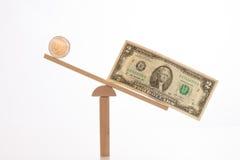 Dollaro e euro su un equilibrio Immagine Stock
