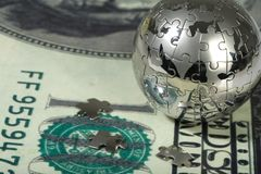 Dollaro e globo. Immagine Stock