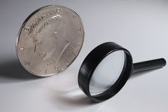 Dollaro e lente d'ingrandimento enormi magici Immagine Stock
