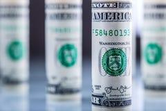 Dollaro Le banconote americane del dollaro hanno arrivato a fiumi le posizioni differenti fotografie stock libere da diritti