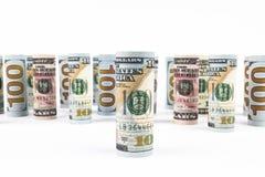 Dollaro Le banconote del dollaro arrivano a fiumi altre posizioni Valuta americana degli Stati Uniti sul bordo bianco Rotoli amer Fotografia Stock Libera da Diritti