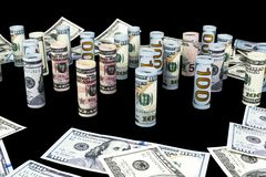 Dollaro Le banconote del dollaro arrivano a fiumi altre posizioni Valuta americana degli Stati Uniti sul bordo nero Rotoli americ Fotografia Stock