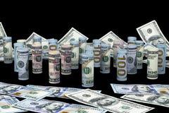Dollaro Le banconote del dollaro arrivano a fiumi altre posizioni Valuta americana degli Stati Uniti sul bordo nero Rotoli americ Fotografie Stock Libere da Diritti