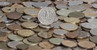Dollaro quarto su fondo di molte vecchie monete Immagini Stock Libere da Diritti