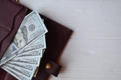 Dollarpengarsedlar och plånbok på den vita träbakgrunden amerikansk valuta isolerad fjärdedelwhite 5000 roubles för modell för ba Arkivfoton