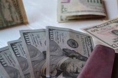 Dollarpengarsedlar och plånbok på den vita träbakgrunden amerikansk valuta isolerad fjärdedelwhite 5000 roubles för modell för ba Royaltyfri Fotografi
