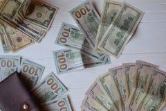 Dollarpengarsedlar och plånbok på den vita träbakgrunden amerikansk valuta isolerad fjärdedelwhite 5000 roubles för modell för ba Royaltyfria Foton