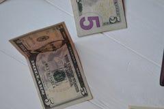 Dollarpengarsedlar på den vita träbakgrunden amerikansk valuta isolerad fjärdedelwhite 5000 roubles för modell för bakgrundsbills Royaltyfri Foto