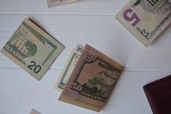 Dollarpengarsedlar på den vita träbakgrunden amerikansk valuta isolerad fjärdedelwhite 5000 roubles för modell för bakgrundsbills Royaltyfria Bilder