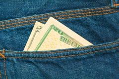 Dollarräkning i facket av jeans Arkivbilder
