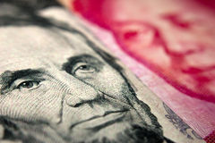 Dollarräkning och en kinesisk yuan Arkivfoto
