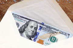 Dollarräkningar eller pengar med kuvertet Fotografering för Bildbyråer