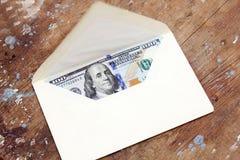 Dollarräkningar eller pengar med kuvertet Arkivbild